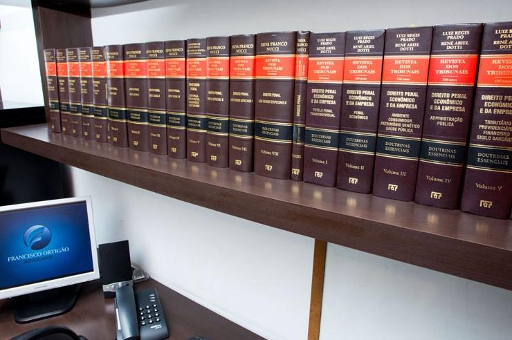Estante com coleção Direito Penal Econômico e da Empresa